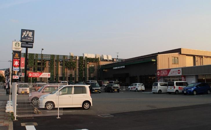 国道側は駐車場が狭いのですが、裏に大きな駐車場がいくつもありました