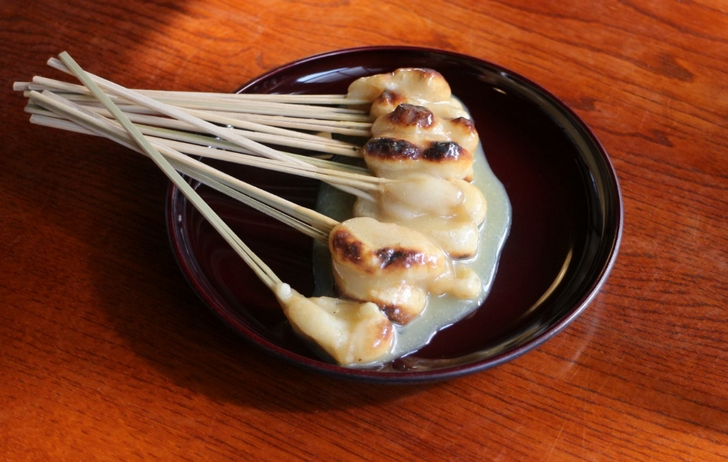 竹串の先についたお餅を白みその甘いタレでいただきます