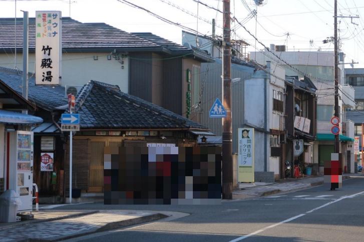 朧八瑞雲堂(おぼろやずいうんどう)の朝の待機列