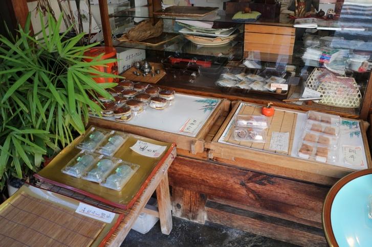 和菓子店なので「よもぎ餅」や「みたらし団子」などもあります(店外より撮影)
