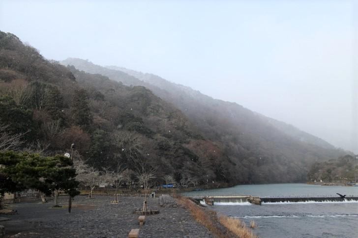 大きな雪の粒がシンシンと降る京都・嵐山の渡月橋(2017年2月2日朝9時撮影)