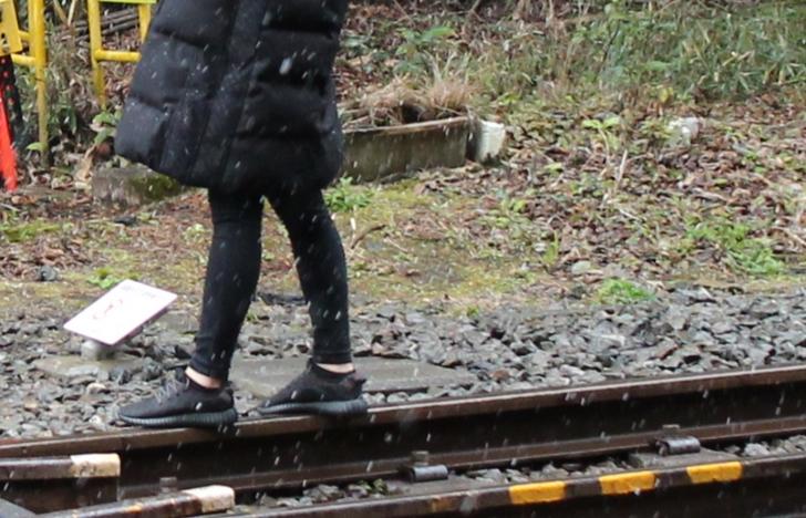 踏切から1~5メートルほど線路に入る方が多いです