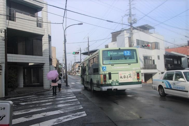 金閣寺へ向かう京都市バス12系統(左右の道は「氷室道」)