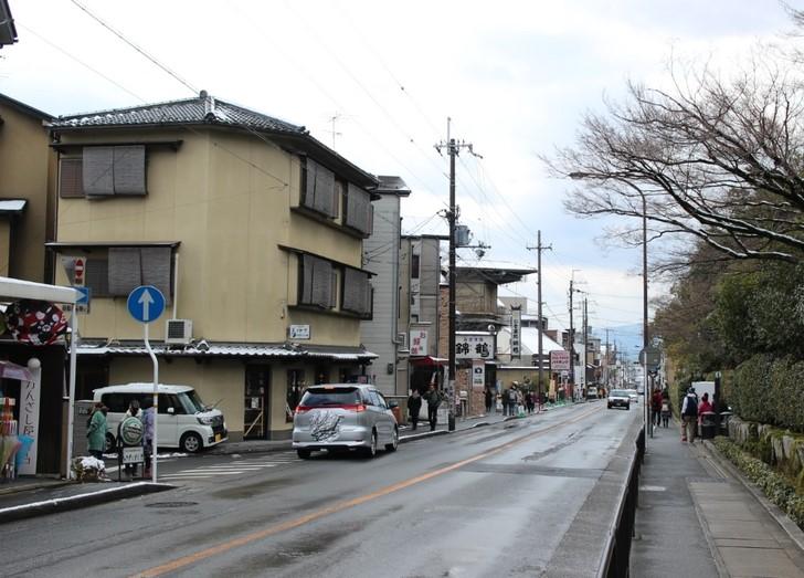金閣寺前の「きぬかけの路」が該当します
