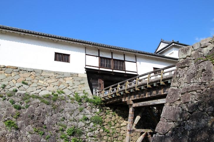 隙間のない石垣は垂直で堅牢な城であることがわかります