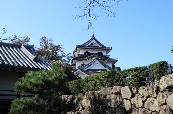 櫓の先はまた坂道で城まではまだ距離があります