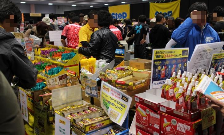 明日の大会用の健康食品などを買い求める人で混雑していました