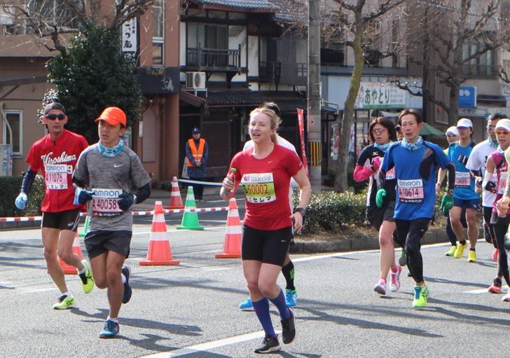 外国人の女性ランナーも疾走していました