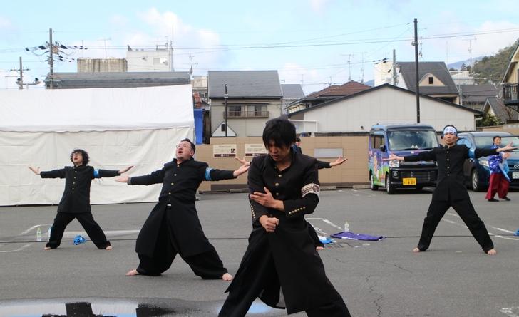 平野神社前の応援団