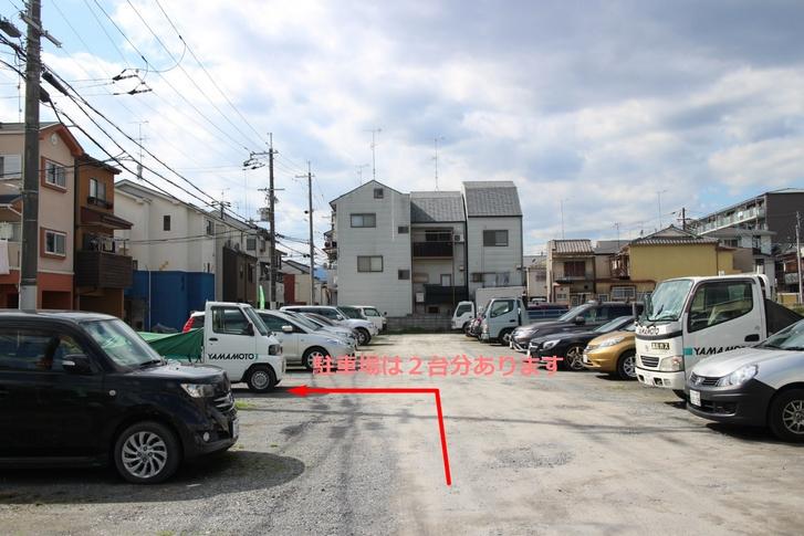 駐車場が2台分と、駐車場入口すぐ左にバイクと自転車が駐輪できます
