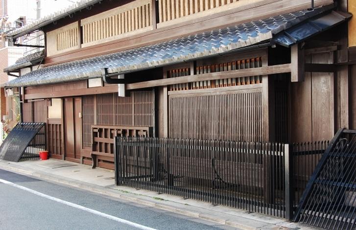 京町屋の紅殻格子(べんがらごうし)