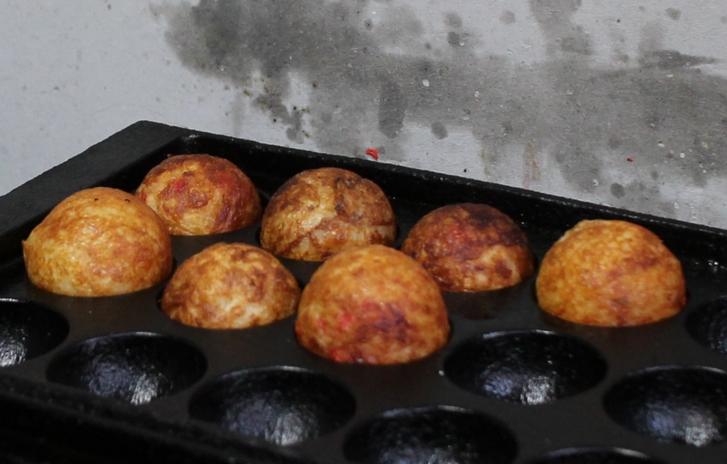 カリカリで大判のタコ焼きです