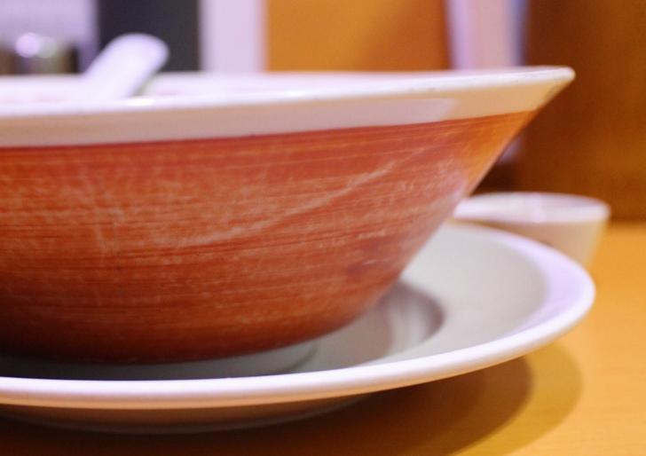 老舗の京都ラーメンは皿にのっていることが多いです