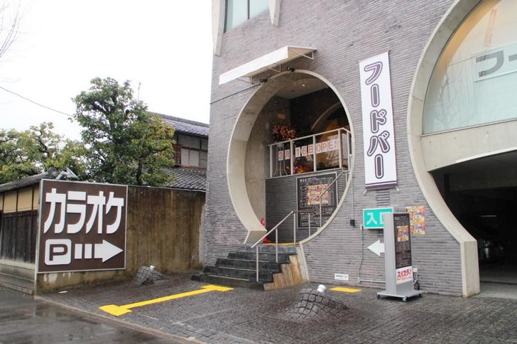 京都の北野白梅町をブラブラしていたら「フードバー、コミック1万冊」と書かれたお店がありました