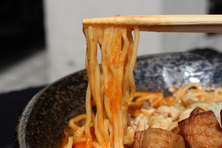 濃厚ゴマスープが麺にからみつきます!