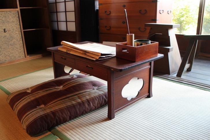 昔の小さい事務机
