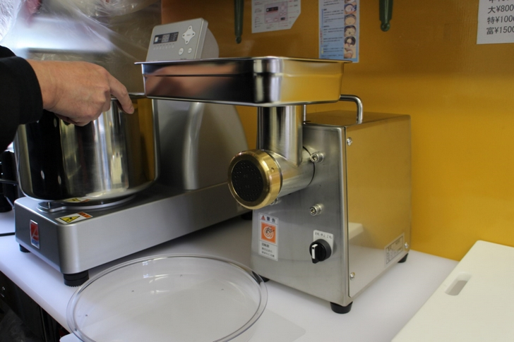 製麺打ち出し器で蕎麦を打っています