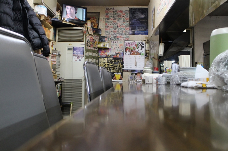 お店は入口に大きなテーブル、奥に長いカウンターがあります
