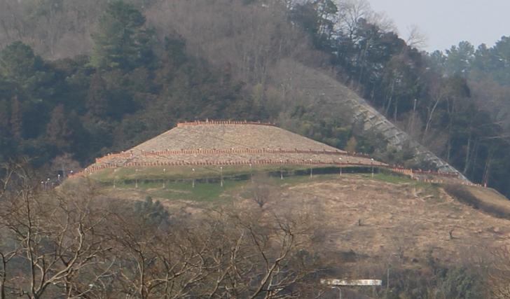 綾部市の山の頂きに見える珍風景