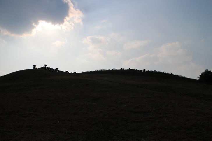 なにやら怪しげな丘を登る温泉担当