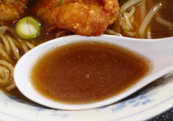 スープは辛味と旨味が濃いめのスープです