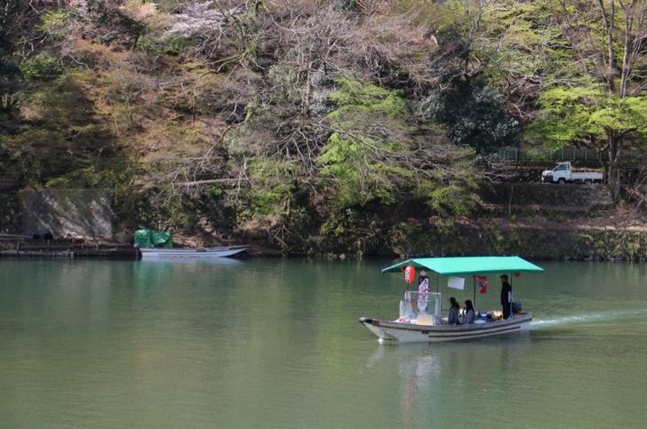呆然と桂川で船を眺める
