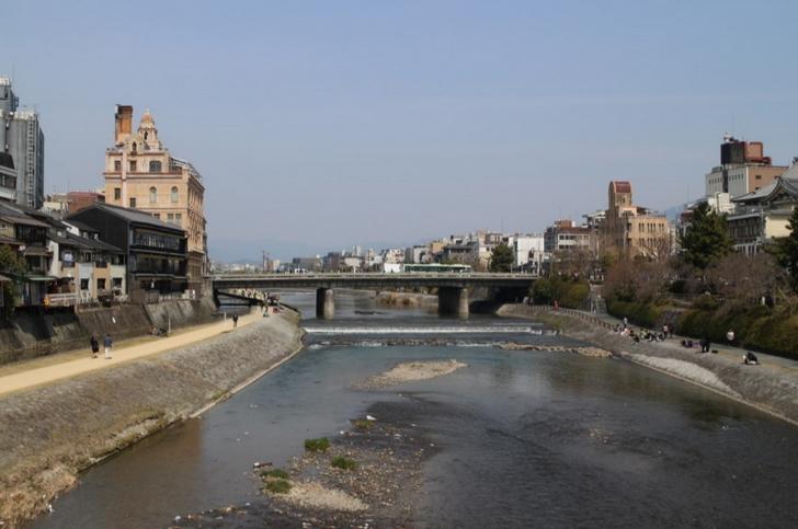 団栗橋から見た鴨川 このすぐ東に片岡愛之助の御用達喫茶店があるらしい