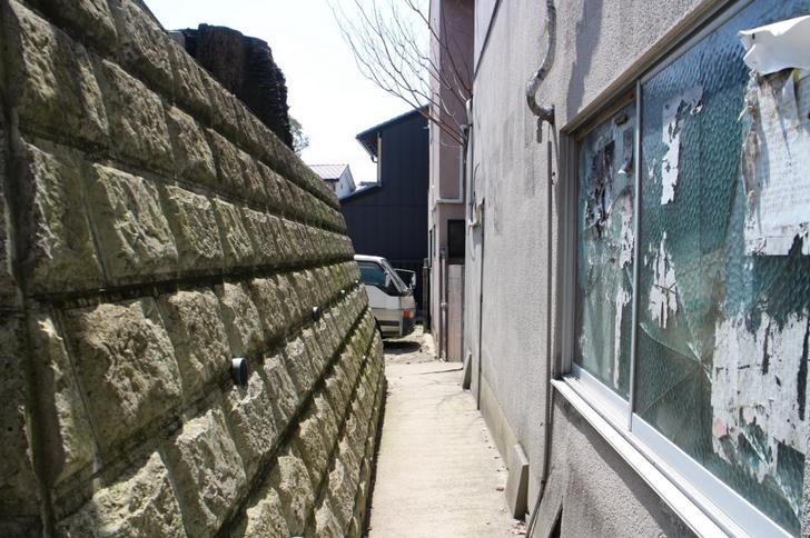 鳥居の先を右に曲がって民家の裏を通ります