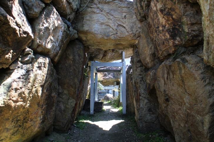 石室の中は広いし、巨石が積みあがってできています