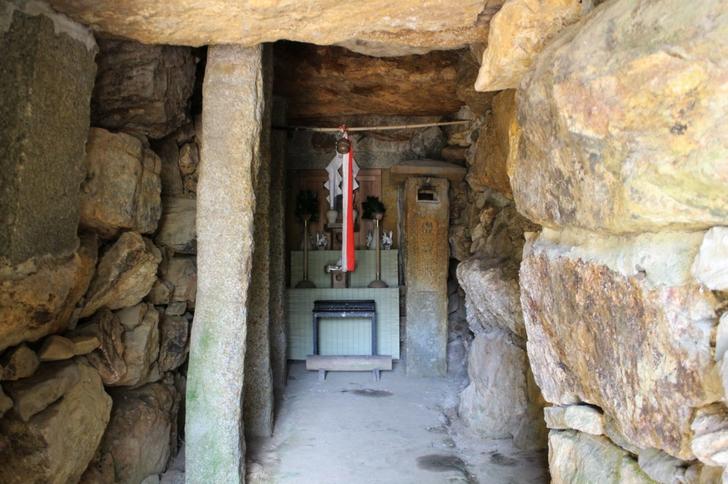 石室は小さめで祭壇が置かれていました