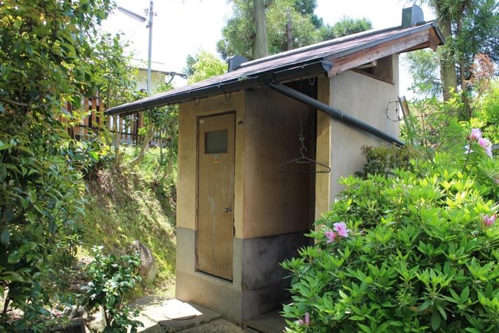 古墳内には古いトイレが設置されていました
