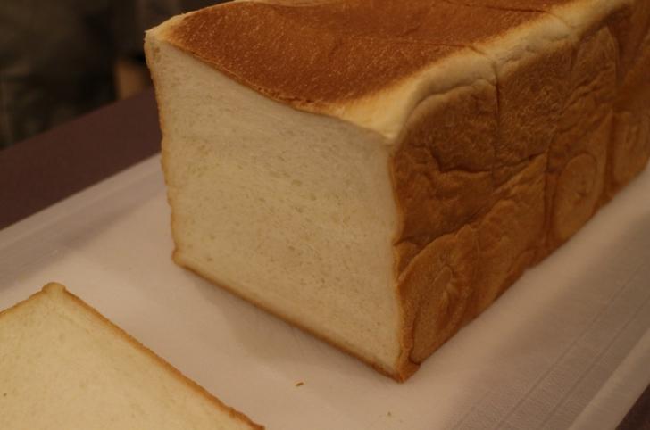 パンはきめ細かく密度の高いものです