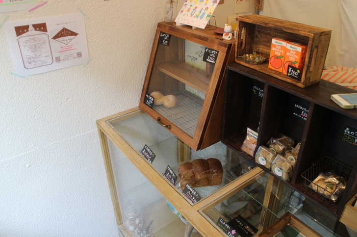 商品棚にパンや焼菓子が並んでいます