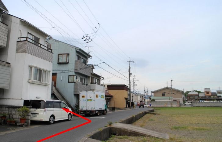 左の白い建物がお店です