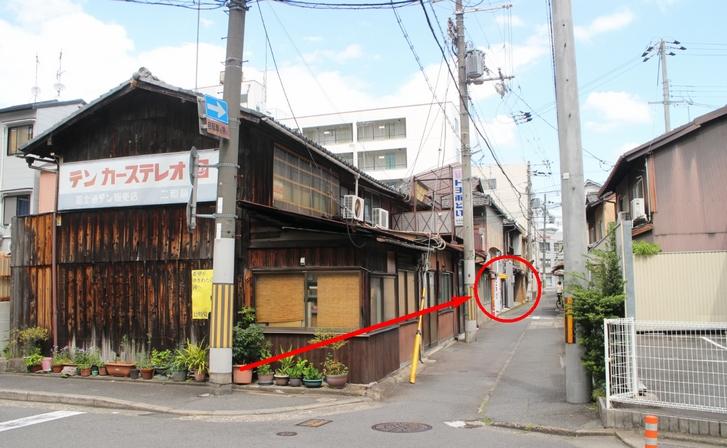 京都府中京警察署のすぐ近くです。