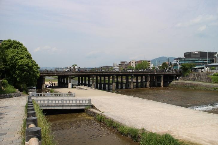 見るからに汚いので写真を撮ってしまう三条大橋