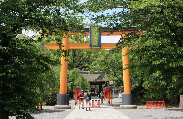 一般的には社殿に向かう正中は鳥居を通ると思うけど?(写真は平野神社)