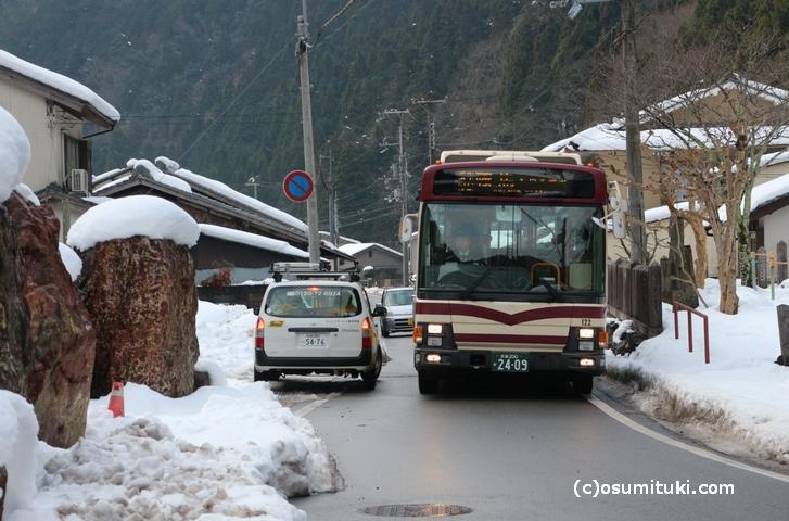 京都バスの離合風景