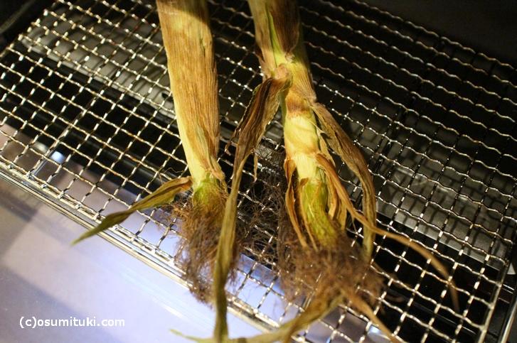 ヤングコーンはオーブンで皮ごと丸焼きすると美味しい