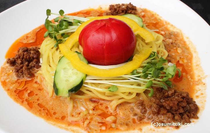 幻のトマトを使った「ハチのとまと冷やし担々麺」