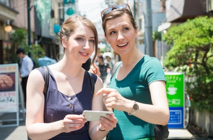 日本よりスマホ普及が遅かった外国人もここ数年はスマホで調べて旅行します