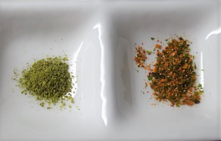 山椒(左)と七味(右)は京都では卓上調味料でよく見かけます