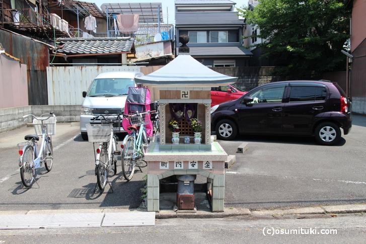 「銭湯風」祠は京都・主税町にあります
