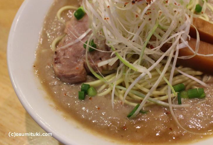 決して美味しいとはいえないがやりすぎで有名になったドロドロ激濃厚スープ