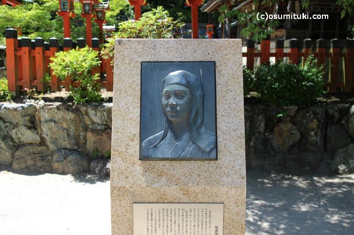 今宮神社にある桂昌院(けいしょういん)の碑