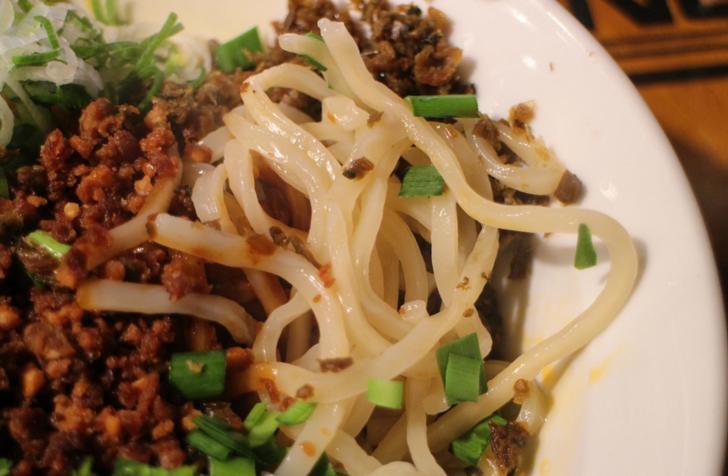 麺も特徴的でコシの強いウドンに似たものです