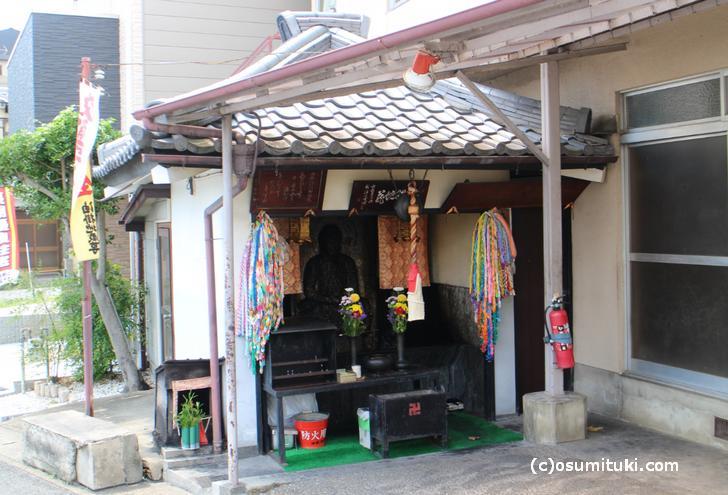 立派な地蔵堂が嵯峨天龍寺油掛町にあります