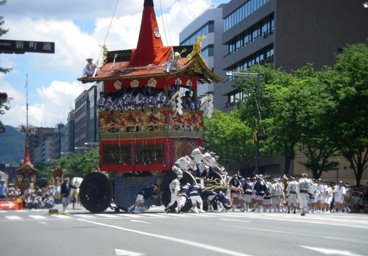 京都は「祇園祭」一色ですが、三条には歴史を感じる場所がたくさんあります