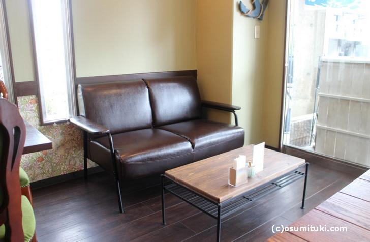 洒落たソファやテーブルが並ぶ店内