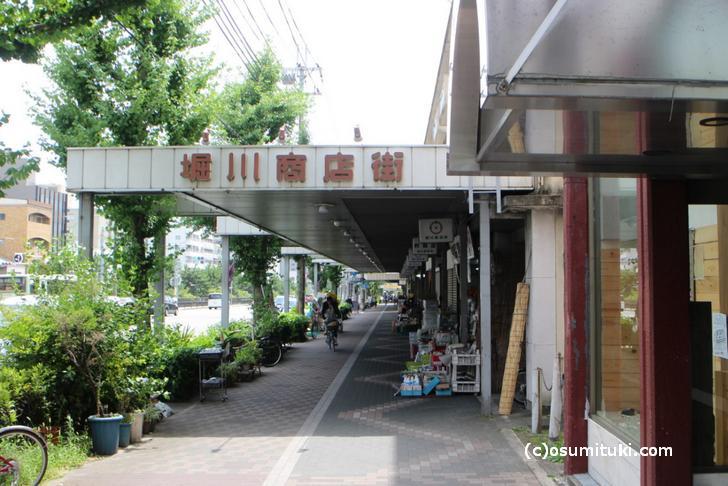 京都でもかなり広い堀川通沿いにあります